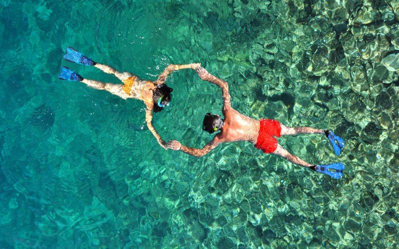 romantic-couple-snorkeling-in-phi-phi-island-thail-PX5ZWH8.jpg